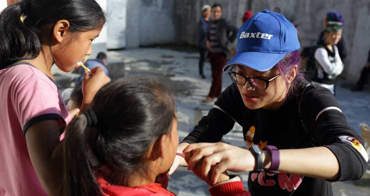 Baxter employee volunteering with Chinese children